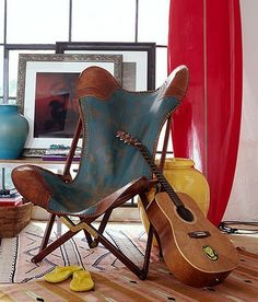 I want this chair. My guitar is a black Hummingbird