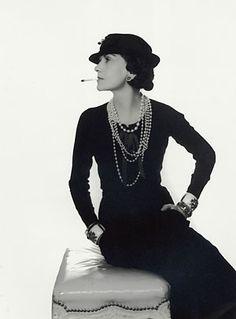 La moda degli anni '20 è quella degli anni ruggenti, quella del dopoguerra, della rinascita; è un momento storico in cui si cerca di ricostruire, si mette fine alle ristrettezze, è un periodo in cui anche le donne si impongono, è l'epoca delle flapper...