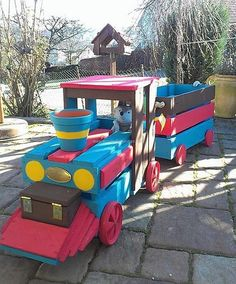 A lovely idea it is to create a wooden pallet train for the decoration or for the kids, the colorful train is an outstanding idea to adorn the garden of the home. The paint of different colors is making it look attractive. Wooden Pallet Crafts, Wooden Pallet Furniture, Wooden Diy, Old Pallets, Wooden Pallets, Yellow Home Decor, Halloween Home Decor, Affordable Home Decor, Furniture Projects
