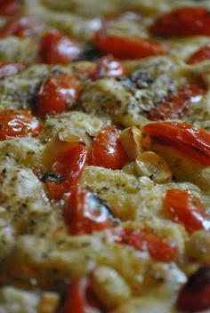 Focaccia con pomodorini     Ingredienti:per una teglia grande per pizza    500 gr di farina manitoba  200 gr di farina 00  100 gr di burro fuso   50 gr d'olio evo  1 cubetto di lievito di birra 25 gr  1 cucchiaio di zucchero  2 patate medie  sale  acqua tiepida  salamoia (acqua+olio evo+sale grosso)  2 spicchi d'aglio  20 pomodorini (pachino o datterini)  origano secco