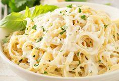 C'est une recette de sauce qui est vraiment très facile à faire et très onctueuse. Vous pouvez la servir sur des pâtes, du poulet ou laisser-aller votre imagination :) Sauce Recipes, Pasta Recipes, Cooking Recipes, Carne En Trocitos, Creamy Garlic Pasta, Cream Sauce Pasta, Roasted Garlic, Italian Recipes, Macaroni And Cheese