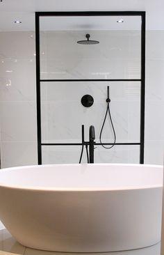 Bubbels & Jets. Stalen douchewand. Mat zwart. kranen mat zwart. Vrijstaand bad mat wit. Showroomfoto. Black White Bathrooms, Bathroom Inspiration, Bathroom Ideas, Bathtub, Black And White, Minimalism, Bathroom, Standing Bath, Bath Tub