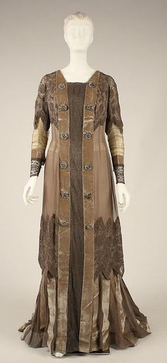Circa 1908 House of Gustav Beer dress. In 1905 the German fashion designer opened a couture house in Paris at Place Vendôme, where he produced feminine dresses and lingerie. In 1929 the House of Beer merged with House of Drecoll.