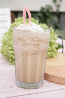 Ingeborg Simone: Een lekkere ijskoffie Milkshake Drink, Milkshakes, Laura Lee, Good Food, Yummy Food, Sweet Sauce, Summer Drinks, Pasta, High Tea