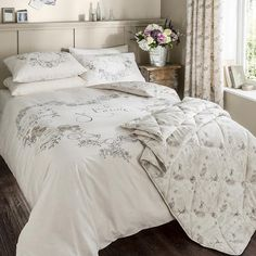 Duvet cover with a french inspired design. The trendy duvet cover set comes with beatiful birds, swirl and french script. Bedding from Chic at Home