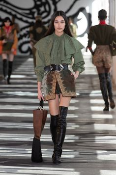 Etro Fall 2021 Ready-to-Wear collection, runway looks, beauty, models, and reviews. Jimi Hendrix, Fashion News, Fashion Show, Runway Fashion, The Blonde Salad, Milano Fashion Week, Glamour, Best Wear, Dress Patterns