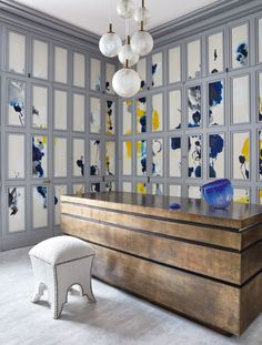 Un progetto di Jean-Louis Deniot a Manhattan Paisley Wallpaper, Hand Painted Wallpaper, Striped Wallpaper, Manhattan, Minimalist Wallpaper, Top Interior Designers, Wall Treatments, Elle Decor, Designer Wallpaper