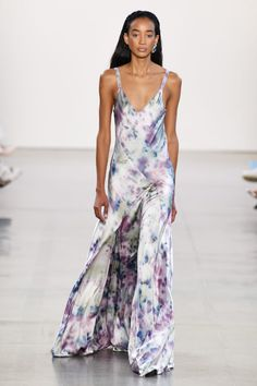 Alejandra Alonso Rojas Fall 2020 Ready-to-Wear Fashion Show - Vogue Couture Mode, Style Couture, Couture Fashion, Runway Models, Vogue Paris, Batik Mode, Tie Dye Fashion, Daytime Outfit, Alonso