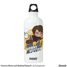 Harry Potter - Cartoon Harry and Hedwig Flying Past Hogwarts. Producto disponible en tienda Zazzle. Product available in Zazzle store. Regalos, Gifts. Link to product: http://www.zazzle.com/cartoon_harry_and_hedwig_flying_past_hogwarts_water_bottle-256281346317968339?CMPN=shareicon&lang=en&social=true&rf=238167879144476949 #bottle #botella #HarryPotter