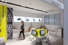 Hertz flagship store by Wanda Creative, London UK customer srvice car showroom Uk Retail, Retail Space, Tech Room, Retail Architecture, Showroom Interior Design, Cool Office Space, Shop Interiors, Retail Design, Store Design