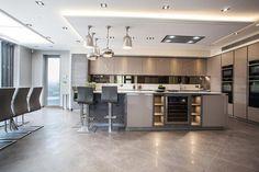 6 deco ideas for a design show - HomeCNB Open Plan Kitchen Diner, Open Plan Kitchen Living Room, Kitchen Dining Living, Kitchen Design Open, Luxury Kitchen Design, Contemporary Kitchen Design, Best Kitchen Designs, Kitchen Cabinet Design, Kitchen Layout
