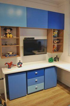 Ap. Vila Leopoldina - Simone Castro e Marcela Morgado. Quarto de menino em tons degrade de azul. Bancada, estante, caixas de brinquedo, gaveteiro e tv.
