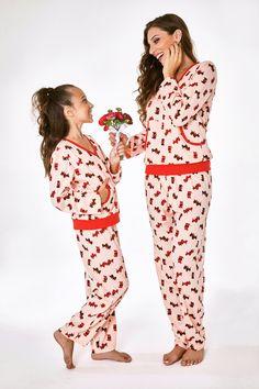Kit pijama mamãe e filha em algodão, com calça comprida e bolso canguru. De: R$229,00 Por: R$160,00 . Vendas no varejo e atacado para lojistas. #liquida #diadascrianças #talmaetalfilha #maedemenina #feliz #criança #mamaefilha #mamaeefilha#12deoutubro #dog #doglover #pijama Peplum Dress, Jumpsuit, Pants, Toque, Dresses, Fashion, Toddler Pajamas, Women's Sleepwear, Block Prints
