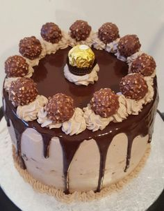 """Layer Cakes, or """"layered cakes"""" are very generous layered cakes. We have seen them bloom on the net for some time and we can make them with his favorite sweet flavors; Kinder Bueno, Rafaello, Oreo, … I offer you today … Oreo, Food Cakes, Bolo Ferrero Rocher, Gateau Cake, Cake Chocolat, Zucchini Cake, Cupcakes, Drip Cakes, Savoury Cake"""