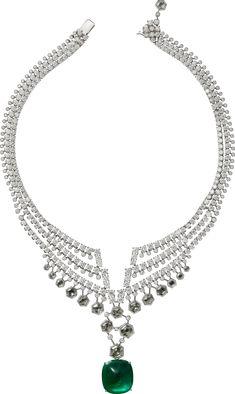 CARTIER. Collier - platine, une émeraude de Colombie pain de sucre de 26,28 carats, six diamants E-G VVS1-VS2 hexagonaux pour 3,55 carats, diamants hexagonaux, diamants taille rose, diamants taille brillant. L'émeraude est amovible. #Cartier #CartierMagicien #HauteJoaillerie #FineJewelry #Emerald #Diamond