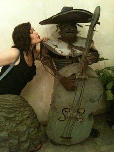 allison kissing a musician in oaxaca city