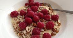 Til 1 porsjon trenger du: 20 g smør 25 g mandelmel 10 g fiberfin 1 dl kremfløte 1 dl vann 1/2 ts johannesbrødkjernemel ... Lchf, Keto, Signs, Nom Nom, Raspberry, Oatmeal, Food And Drink, Low Carb, Fruit