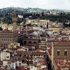 Loggia de' Lanzi e Palazzo Vecchio. Orsammichele sulla destra. Forte Belvedere sullo sfondo.