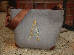 Tasche aus grauem Wollfilz mit edler Bestickung