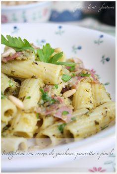 Tortiglioni con crema di zucchine, pancetta e pinoli