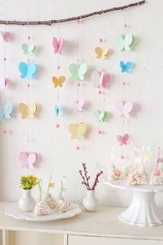 Butterfly Garland by Klastyling. This garland makes clever use of a branch for … Butterfly Garland by Klastyling. This garland Paper Butterflies, Paper Flowers, Beautiful Butterflies, Diy And Crafts, Crafts For Kids, Kids Diy, Decor Crafts, Butterfly Birthday Party, Garden Birthday