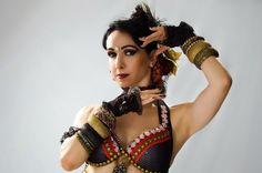 Sobre a Autora: Karina Leiro - Foi aluna e posteriormente bailarina e professora da EDACE, Escola de Dança Arte e Cultura Espanhola e integrante do Mar Esmeralda Cia de Dança (ambos no centro Espanhol de Salvador, Bahia), desde 1990 até o ano de 2006 quando foi convidada para dançar fora do Brasil. Foi bailarina de flamenco no Palácio de Almanzor em Fátima, Portugal. Foi bailarina do grupo Hijas del Flamenco em Lisboa, tendo participado de vários eventos e espetáculos entre os quais o…