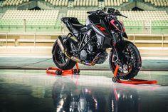 """KTM 1290 Super Duke R 2017 Motorrad Fotos & Motorrad Bilder. Die neue KTM 1290 Super Duke R 2017, das Biest 2.0, jetzt mit 177 PS Spitzenleistung. Mit an Board: Ein breiterer, niedrigerer Lenker, Brembo-Monoblock-Bremsen, MSC mit Kurven-ABS von Bosch, exzellente Federelemente von WP Suspension, ein optionaler Zwei-Wege-Quickshifter+, ein Multifunktions-TFT-Display und eine bis 200 km/h funktionierende Geschwindigkeitsregelanlage. Das optionale """"Track Pack"""" beinhaltet Launch-Control, eine…"""