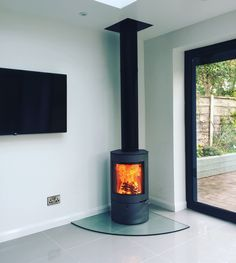 Great install by Scott of the Uniq 21 from Perfect stove for this contemporary setting. Open Plan Kitchen Dining, Fireplace Design, Open Plan Kitchen Living Room, Log Burner Living Room, Bungalow Renovation, Open Plan Kitchen Diner, House Extension Design, Corner Stove