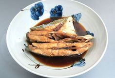ウマヅラアジの煮つけ 小振りは適宜に切り、大型はあらや切り落としを使ってもいい。これを湯通しして、冷水に落として鱗やぬめりを流す。これを酒、砂糖、しょうゆの味つけでこってりとおかず風に煮つける。味つけはシチュエーションに合わせてお好みで。アジ科全般に言えることだが、煮つけは非常にうまい。