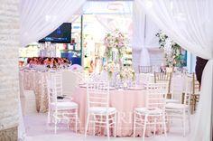 Decor nunta scaune chiavari albe fata de masa roz pal si aranjamente florale IssaEvents 2017 Wedding Venues, Floral Design, Table Decorations, Furniture, Weeding, Home Decor, Ideas, Wedding Reception Venues, Grass