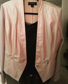 Love this cute blazer. Great color and cut.