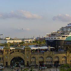 Hamburger Bilderdruck von der Queen Mary 2 an den Landungsbrücken