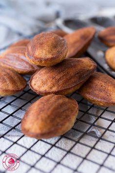 Banana madeleines - przepis na ciasteczka magdalenki Hamburger, Bread, Cakes, Food, Pictures, Photos, Meal, Hamburgers, Essen