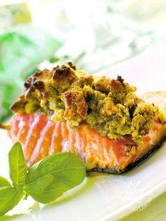 Salmon with pistachios - Se avete in programma una cena raffinatissima cimentatevi nella ricetta del Salmone in crosta verde con salsa agli agrumi. Successo assicurato! #salmoneincrosta