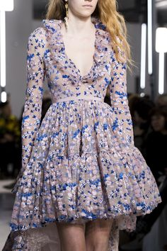 Giambattista Valli Fall 2019 Fashion Show Details. Designer ready-to-wear looks from Fall 2019 runway shows from Paris Fashion Week Style Haute Couture, Couture Fashion, Runway Fashion, Fashion Models, High Fashion, Fashion Show, Fashion Design, Fall Fashion, Fashion 2018