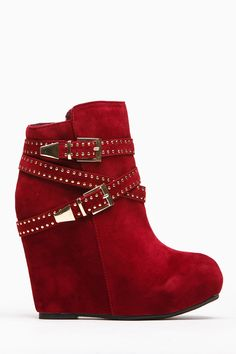 Gotta love a pair of booties with an edgy detail! It features a padded insole, round toe front, double buckle gold detailing, and side buckle for closure. Throw on your favorite pair of skinny jeans, leather jacket and loose knit top for an edgy look!