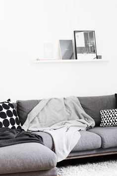 Cuddly blankets for the cold - Coco Lapine Design Lovely grey sofa :) Interior Design Inspiration, Decor Interior Design, Interior Ideas, Design Ideas, My Living Room, Home And Living, Living Area, Best Leather Sofa, Scandinavian Home