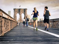 Laufen und Yoga passen prima zusammen. Denn eine gute Haltung, die richtige Technik, einen langen Atem - das alles braucht man nicht nur auf der Yogamatte, sondern auch beim Joggen und bei Wettrennen. YJ-Reporterin Claudia Wiese hat die Tipps fürs Laufen und für das Dehnen danach ausprobiert.