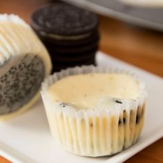 These Oreo Frozen Yogurt Bites are full of cooies and cream flavors. A delicious dessert to make at home with no churning required! Mini Desserts, Easy Desserts, Delicious Desserts, Dessert Recipes, Frozen Desserts, Easy Snacks, Yummy Food, Oreo Cheesecake Cupcakes, Mini Cupcakes