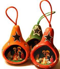 Décoration de Noël traditionnelle équitable et artisanale : crèche céramique dans calebasse gravée - Artisanat Péruvien, commerce équitable. #NoelResponsable #DécoSapinArtisanale