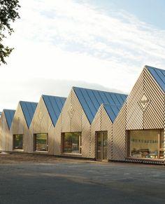 De school 'La Ruche' ligt in Perthes-en-Gâtinais, een stadje gelegen ten zuiden van Parijs. Het ontwerp van deze school is van tracks architectes. Het bijzondere van dit project is dat het helemaal is uitgevoerd in hout.⠀ Architecture Images, Facade Architecture, Sustainable Architecture, Contemporary Architecture, Transformation Church, Wood Spa, Shed Cabin, Wood Facade, Roof Shapes