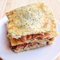 """¿Un sándwich para cenar?, ¡sí! Pero en su versión saludable. Pan de coliflor y especias relleno de atún, huevo duro y pimiento. La receta del """"pan"""" es muy fácil: sólo lleva coliflor coc…"""