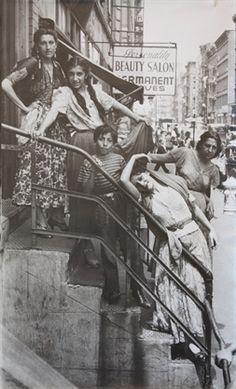 Tsiganes (Hungarian Gypsy (Romani person), New York City , Photo by Helen Levitt. Walker Evans, Old Photography, Street Photography, Old Pictures, Old Photos, Vintage Photographs, Vintage Photos, Jorge Guzman, Photo New York