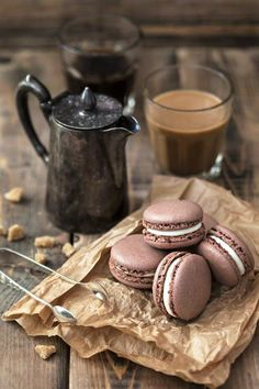 quenalbertini: Coffee or Chocolate with Chocolate Macarons I Love Coffee, Coffee Break, Brown Coffee, Hot Coffee, Morning Coffee, Black Coffee, Coffee Photography, Food Photography, Chocolate San Valentin