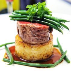 Fine Dining Plate Presentation beef with potato and Madeira sauce fine green beans on a white My Recipes, Gourmet Recipes, Beef Recipes, Gourmet Foods, Gourmet Desserts, Gourmet Food Plating, Come Dine With Me Ideas Recipes, Fillet Steak Recipes, Fine Cooking Recipes