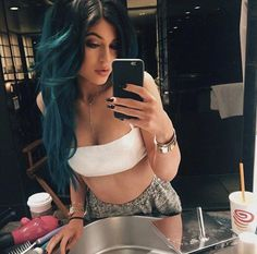Kourtney Kardashian's Chic Pregnancy Style, Kylie Jenner's Very Tiny Crop Top and More?See the Latest Kardashian Trends! Kylie Jenner Fotos, Peinados Kylie Jenner, Style Kylie Jenner, Nails Kylie Jenner, Looks Kylie Jenner, Kendall Jenner, Selfies, Teal Hair, Ombre Hair