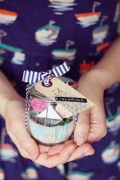 Süßigkeiten (vorzugsweise in maritimen Tönen) Zahnstocher Kreis-Stanzer (wer keinen hat, schneidet Kreise selbst aus) Dekokram wie Washi-Tape, Sticker, Geschenkanhänger