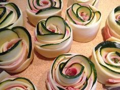 Puff pastry roses with zucchini, cheese and ham Appetizer Recipes, Snack Recipes, Cooking Recipes, Healthy Recipes, Snacks, Zucchini Cheese, Ham And Cheese, Tasty Bites, Food Decoration