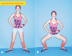 Trabalha: bumbum, parte interna da coxa Afaste as pernas além da largura do quadril, com a ponta dos pés virada para fora (A). Flexione as pernas, descendo o bumbum em direção ao chão, até quase formar um ângulo de 90 graus com os joelhos. Mantenha a coluna reta (B). Volte à posição inicial. Faça 3 séries de 15 repetições.