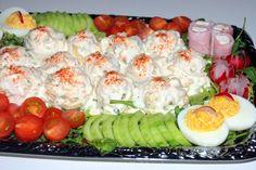 Rijkelijk opgemaakte huzarensalade  1 kilo vastkokende aardappels 4 el azijn Blikje macedoine groenten 2 el kleine zilveruitjes, grof gehakt 5 augurken, fijngesneden 1/2 bosje peterselie, gewassen en fijngehakt 1/2 appel, in kleine blokjes gesneden 3 hardgekookte eieren, fijngehakt 1 sjalotje, fijngesnipperd 3 el mayonaise 3 el crème fraîche Paar druppels maggi Zout en peper Nutrition Meal Plan, Healthy Diet Plans, Healthy Eating, Healthy Recipes, Clean Eating Meal Plan, Clean Eating Recipes, Cooking Recipes, Easy Recipes For Beginners, Dutch Recipes